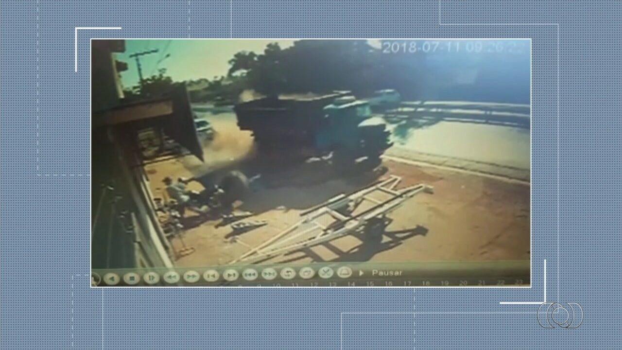 Vídeo mostra batida entre carro e caminhão que matou um homem na GO-080