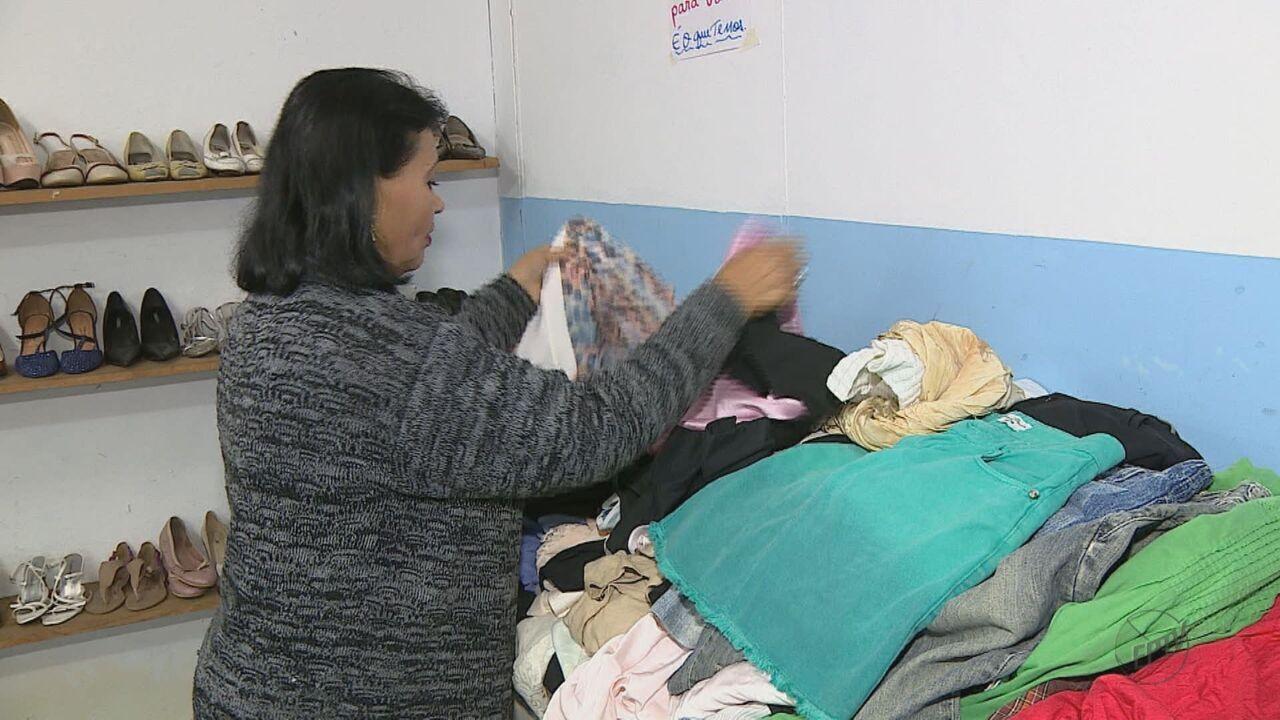 Sem condições, 40% das roupas doadas em Rio Claro vão direto para o lixo