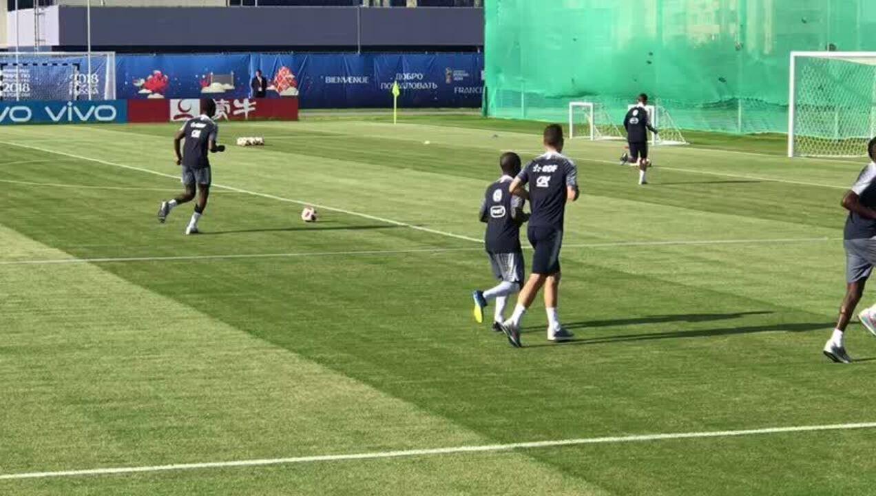 Pogba e Griezmann brincam em treinamento da França em Istra, na Rússia