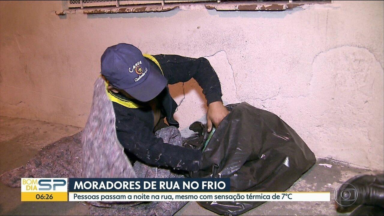 Em madrugadas frias, moradores de rua dormem ao relento