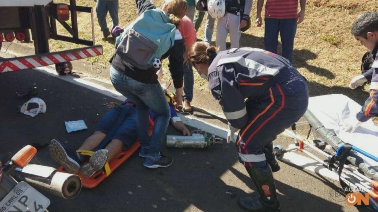 Motociclista é socorrido em estado grave após atingir caminhão na SP-310
