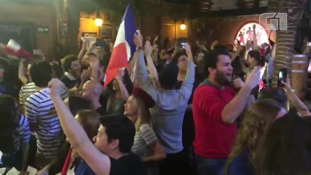 Torcedores comemoram gol da França após pênalti