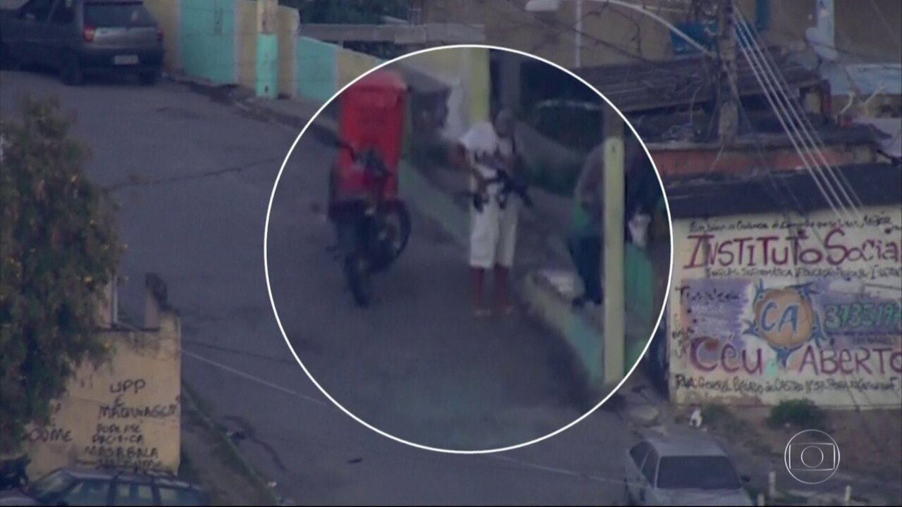 O Globocop fez flagrantes da ação de traficantes em duas favelas da zona norte do Rio