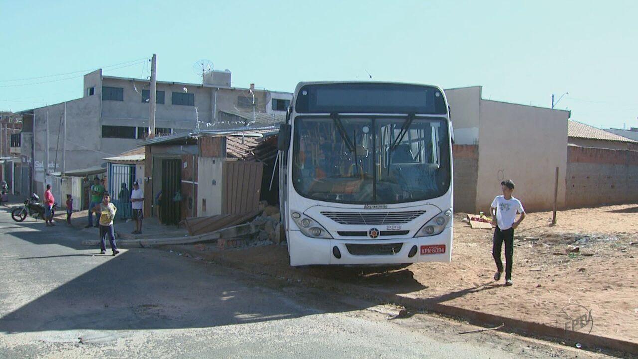 Ônibus da Suzantur perde freio e invade casas no bairro Cidade Aracy em São Carlos