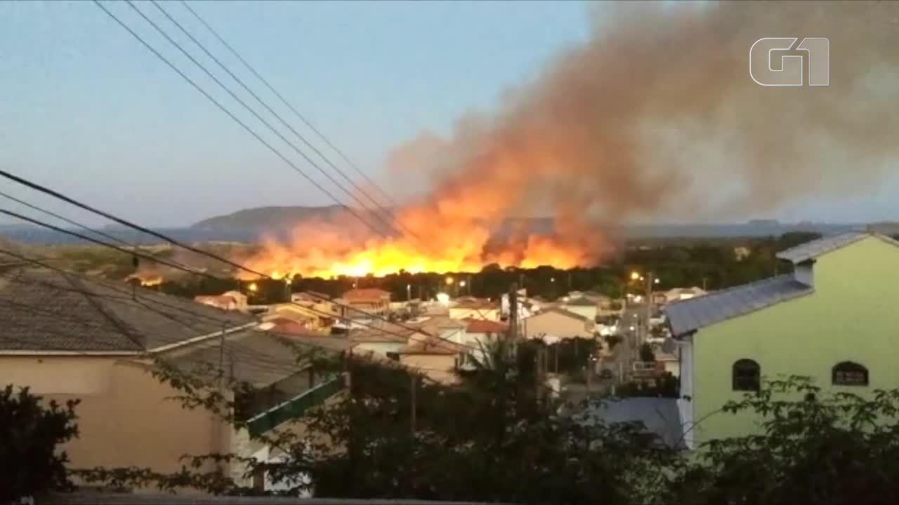Incêndio atinge área de proteção ambiental em Cabo Frio, no RJ