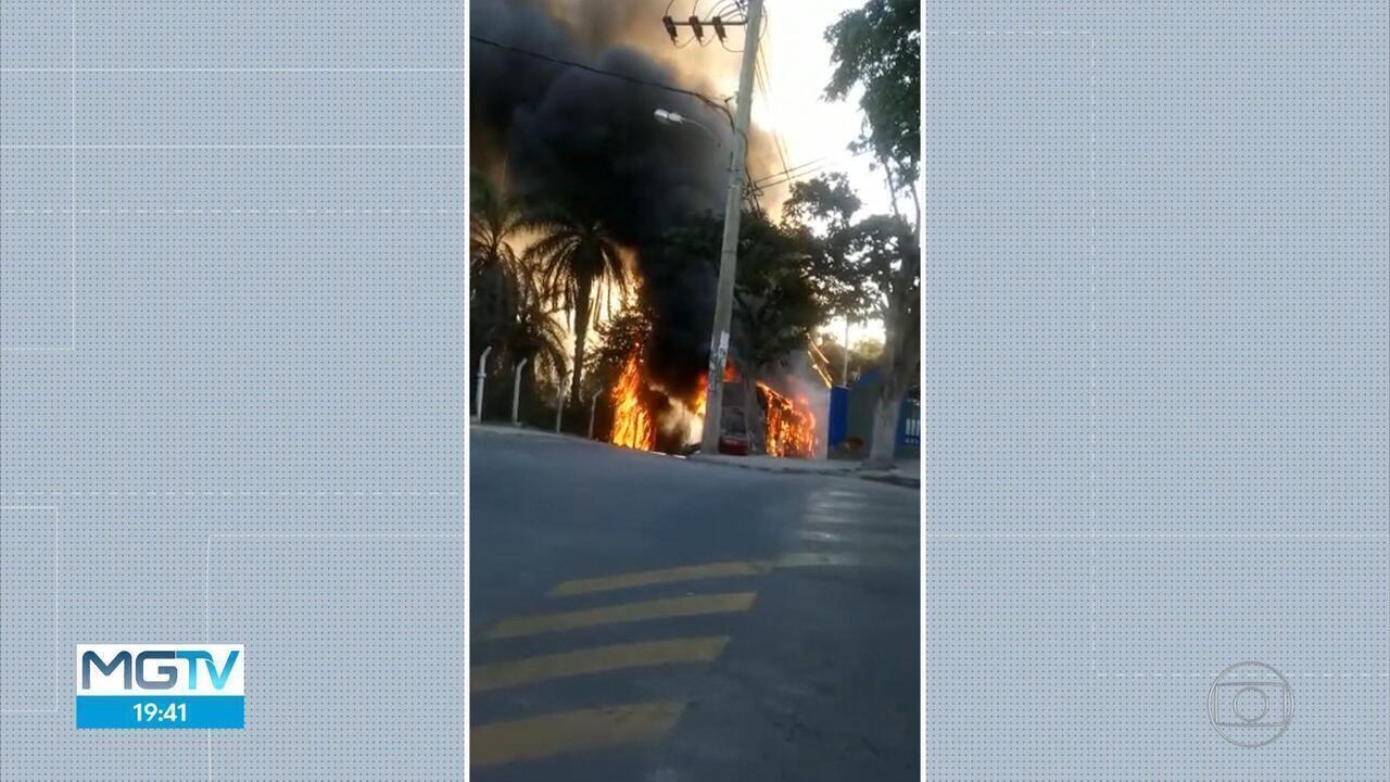 Ônibus é incendiado em Vespasiano, na Região Metropolitana de Belo Horizonte