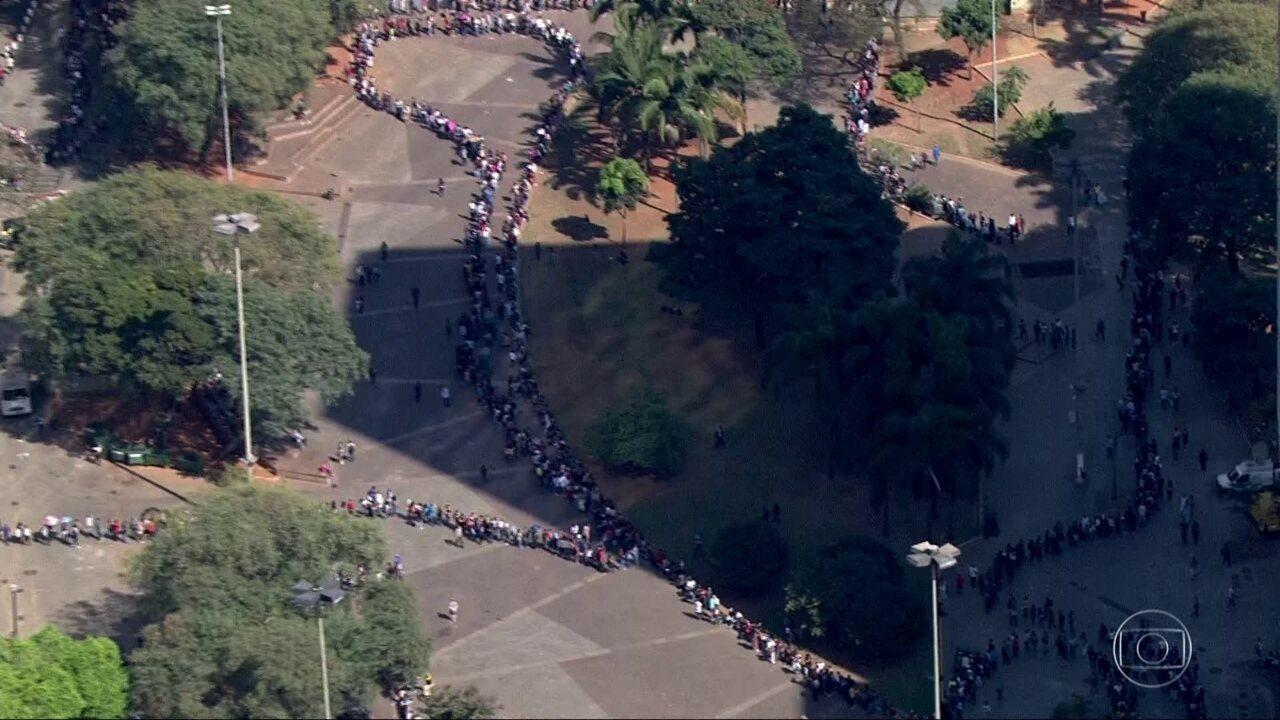 Feirão de vagas atrai milhares em São Paulo