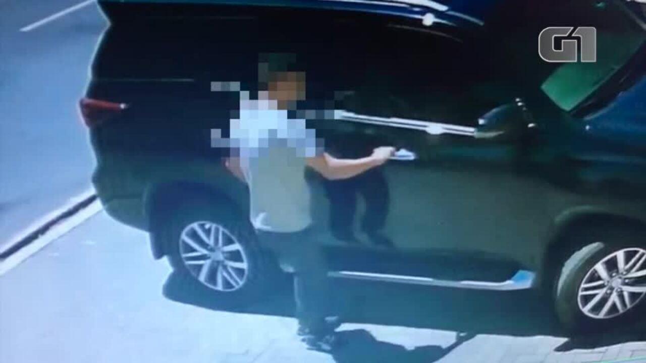 Vídeo mostra homem entrando em carro e pegando objetos após bloquear alarme