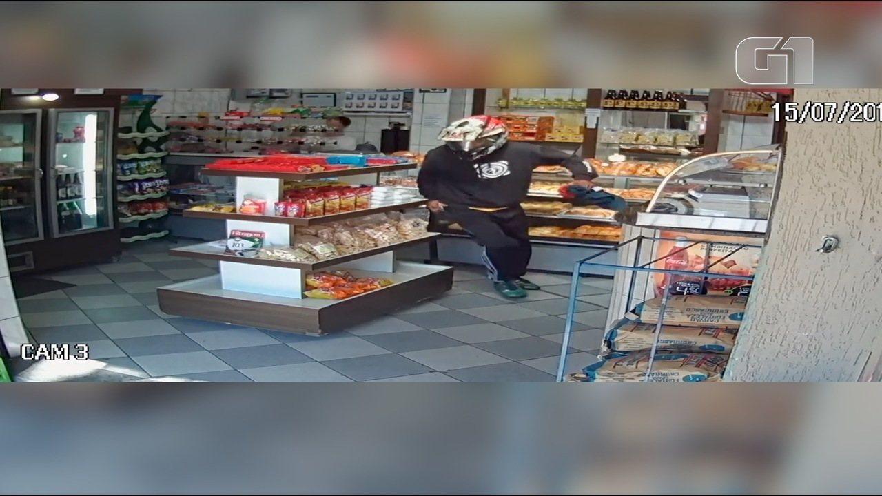 Imagem da câmera de segurança mostra ação de criminoso na padaria