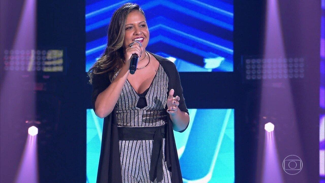 Júlia Dantas canta