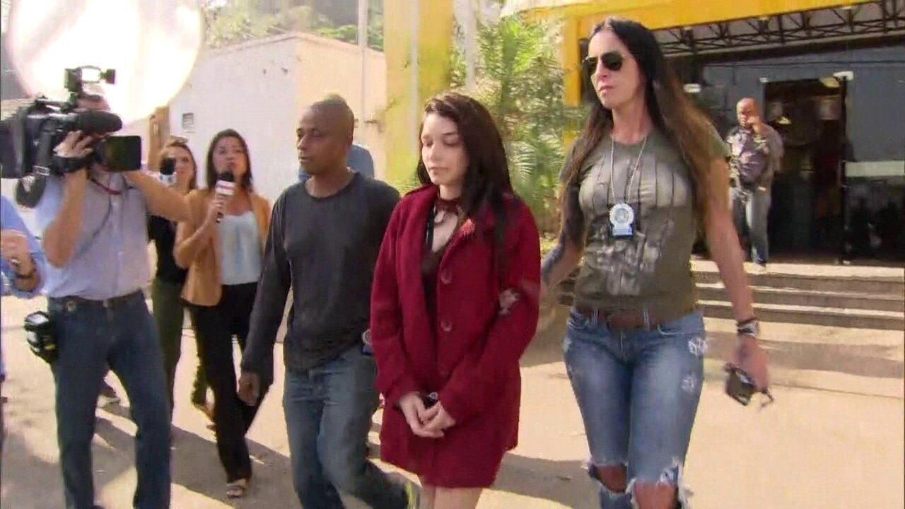 Namorada do Dr. Bumbum deixa a delegacia e é transferida para cadeia em Benfica