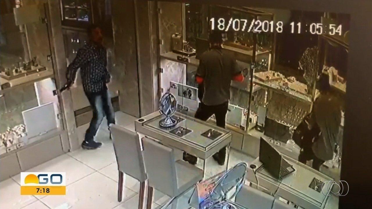 e87f6486aa0 Trio é preso suspeito de ajudar em assalto a joalheria dentro de shopping  de Goiânia