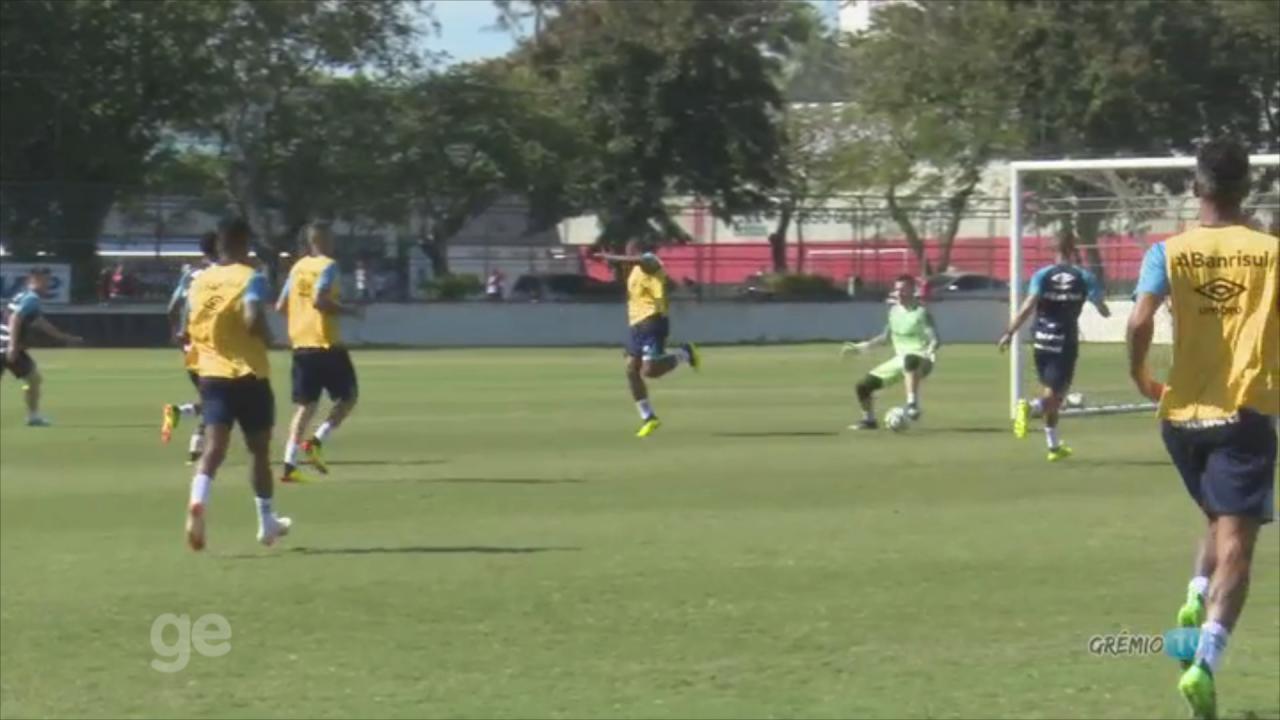 Paulo Miranda marca de letra e tira onda com Renato em treino