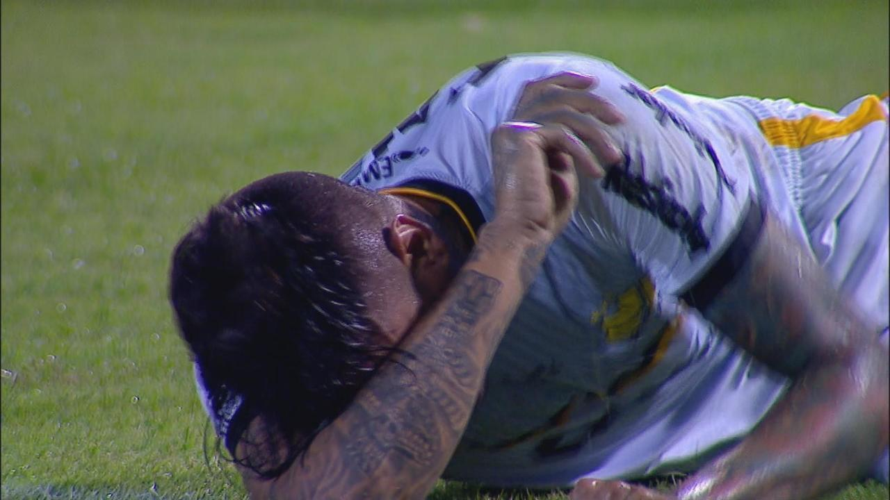 Após choque, Fábio Ferreira se lesiona e é substituído por Sandro
