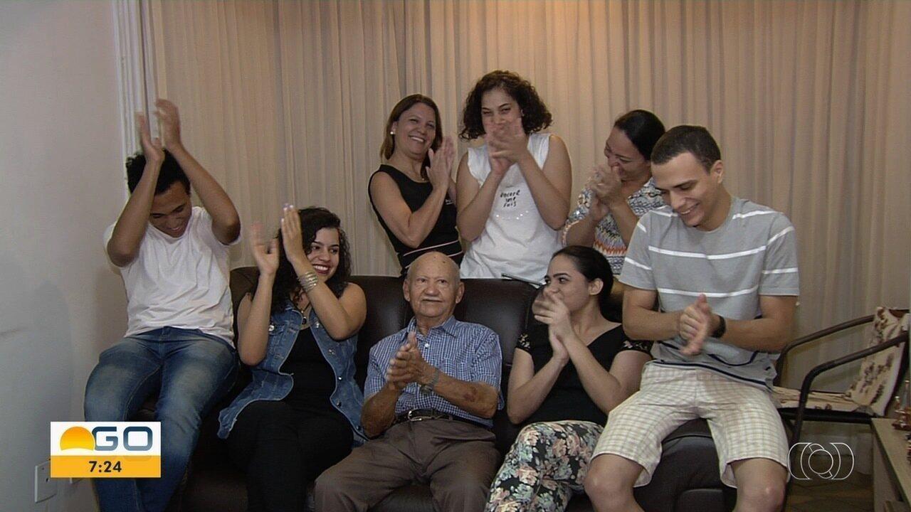 Aposentado de Goiás com 38 netos e 36 bisnetos ganha perfil na web para registrar viagens