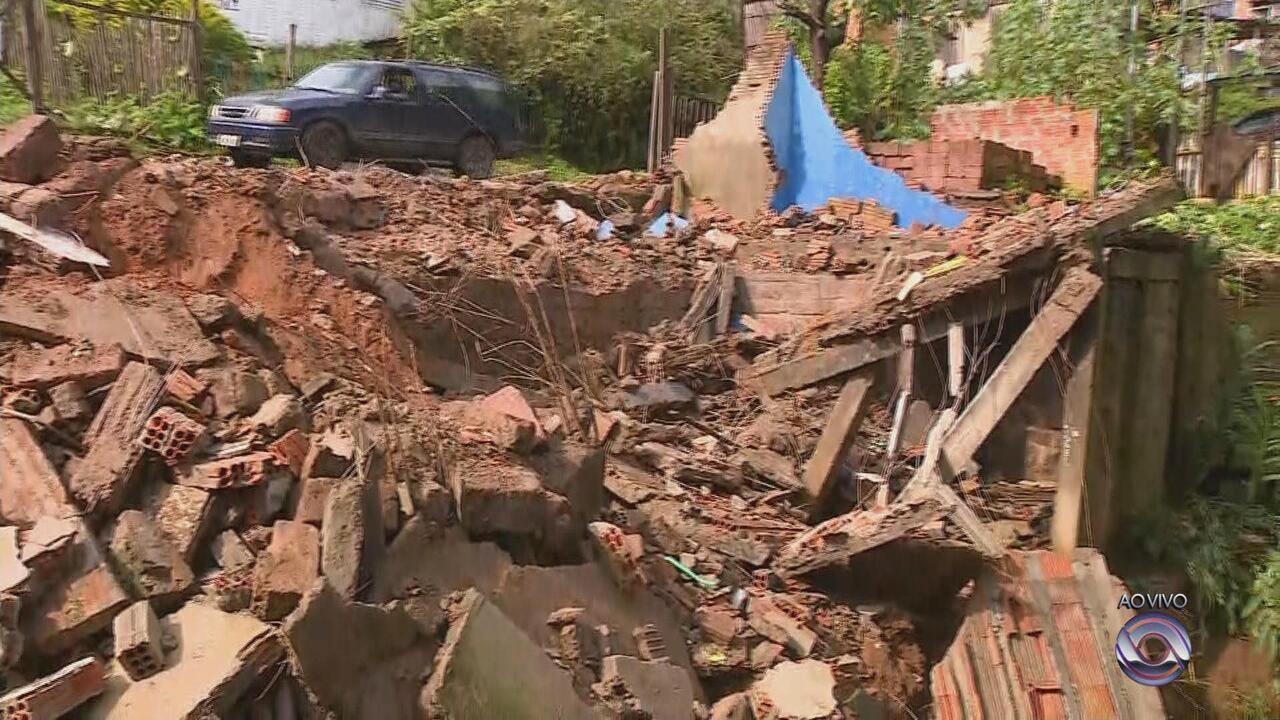 Casa na zona leste de Porto Alegre desaba por causa da forte chuva