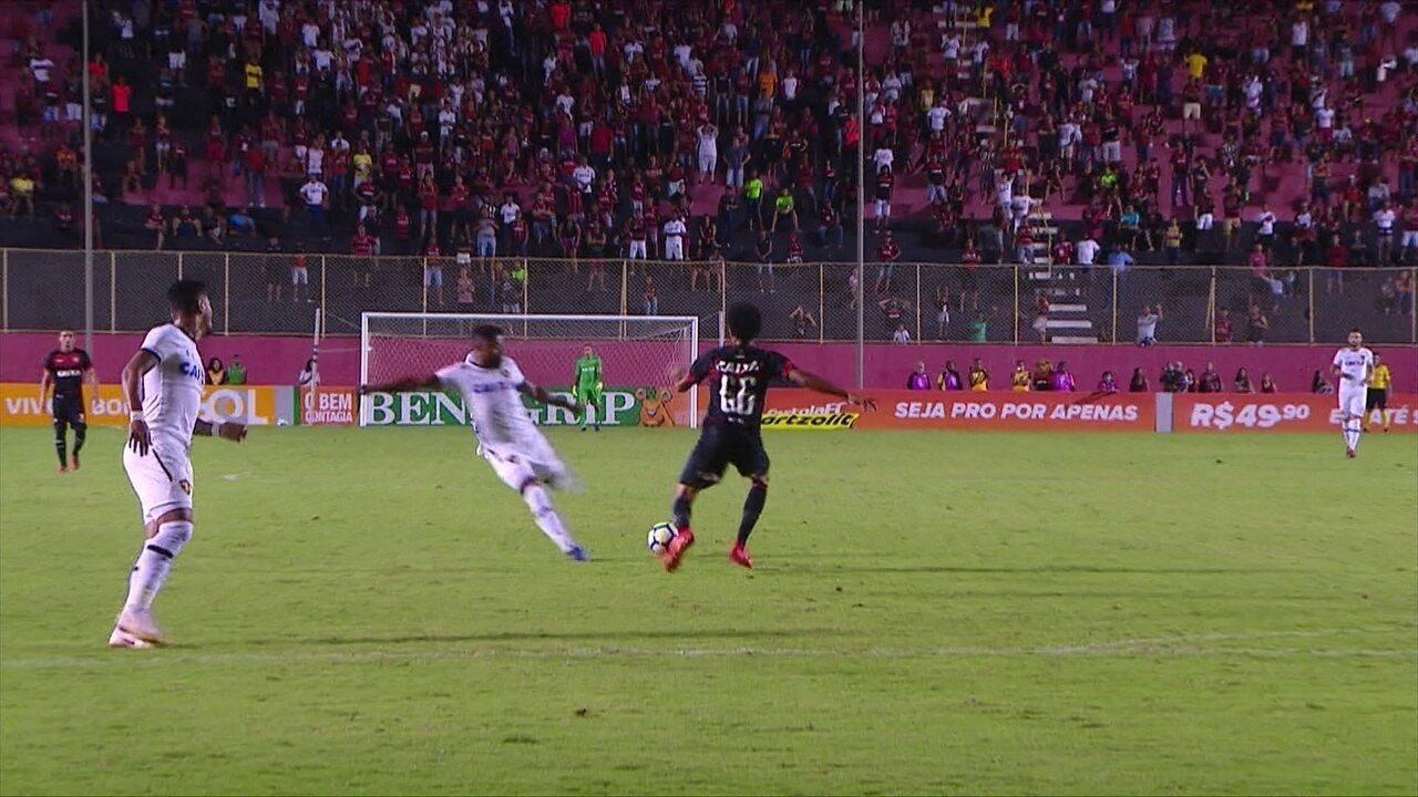 Michel Bastos aproveita falha da zaga, e quase marca para o Sport, aos 23' do 1º tempo