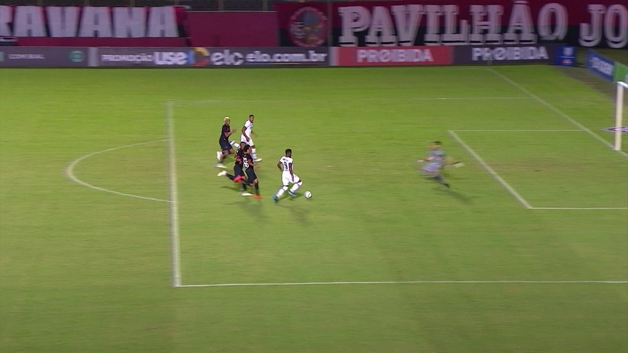 Michel Bastos sai cara a cara com Ronaldo, mas chuta para fora, aos 27' do 1º tempo