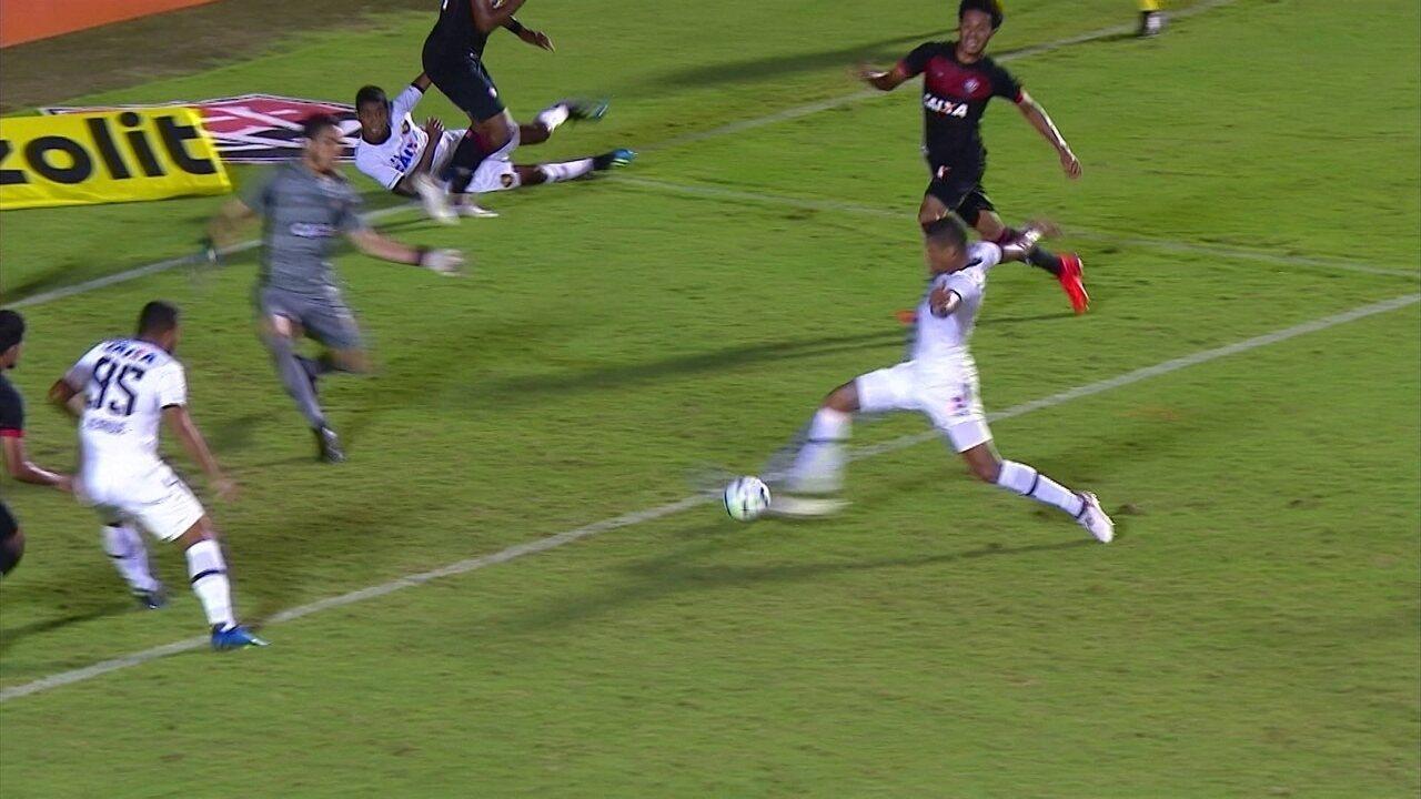 Hygor finaliza na pequena área, e Ronaldo salva o Vitória, aos 39' do 2º tempo