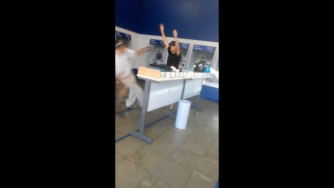 Vídeo mostra policial agredindo idoso em banco em Cuiabá