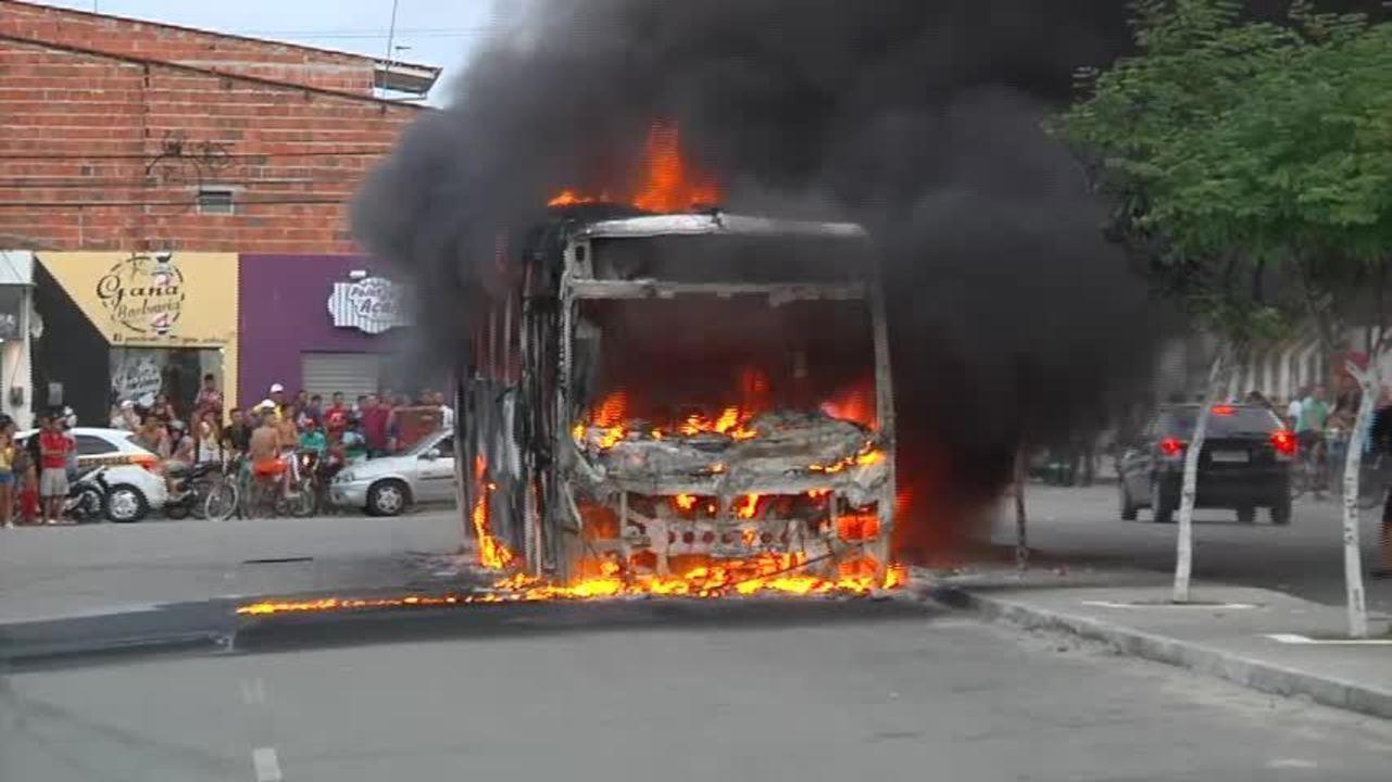 Resultado de imagem para Fortaleza tem onda de ataque incendiário a ônibus e prédios públicos