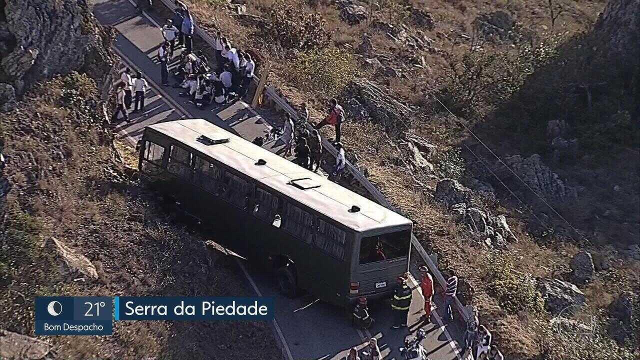 Dezesseis pessoas ficam feridas em acidente com ônibus na Serra da Piedade