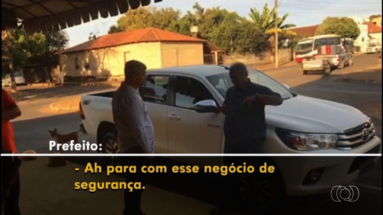 Vídeo mostra prefeito de Iporá tentando impedir blitz com bafômetro