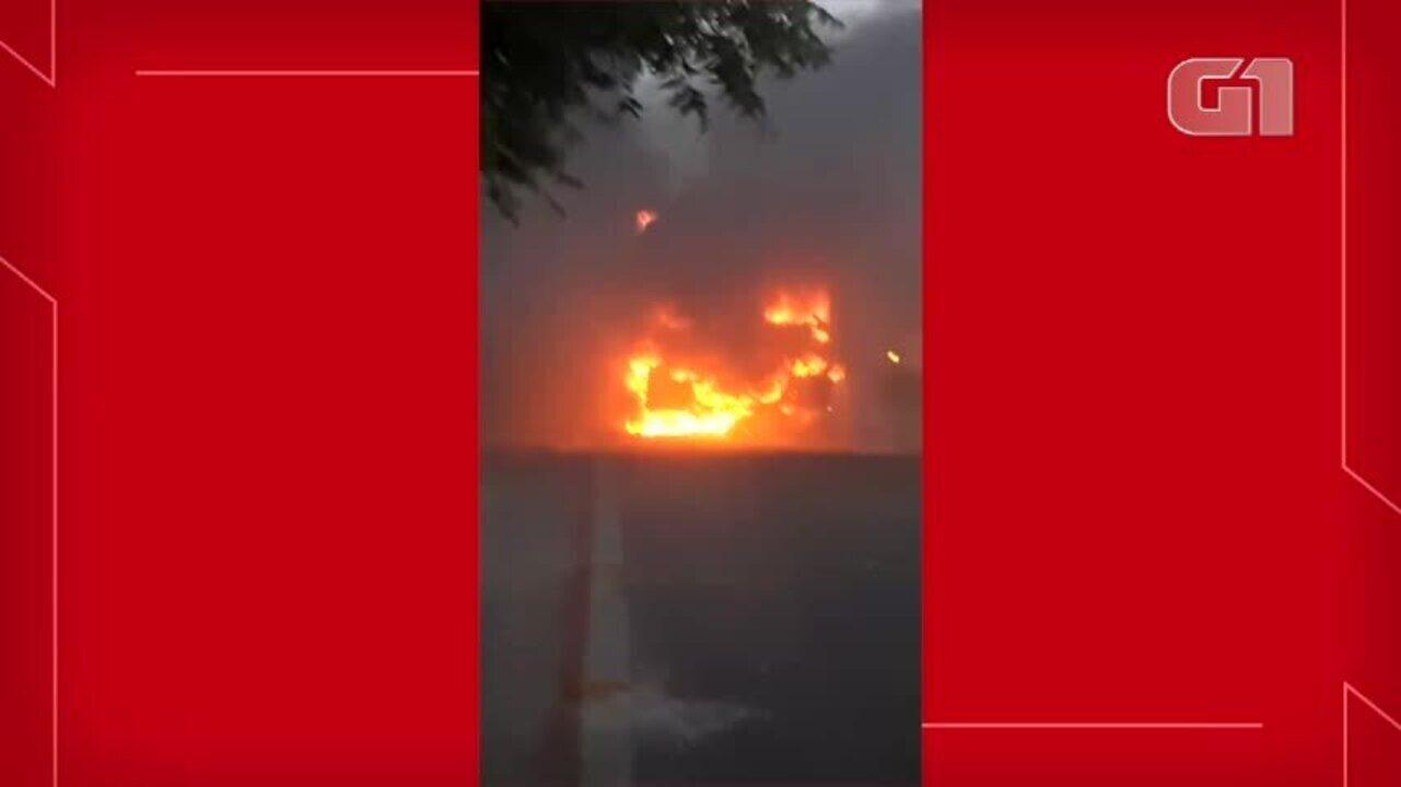 Micro-ônibus é incendiado em Fortaleza no quarto dia de ataques