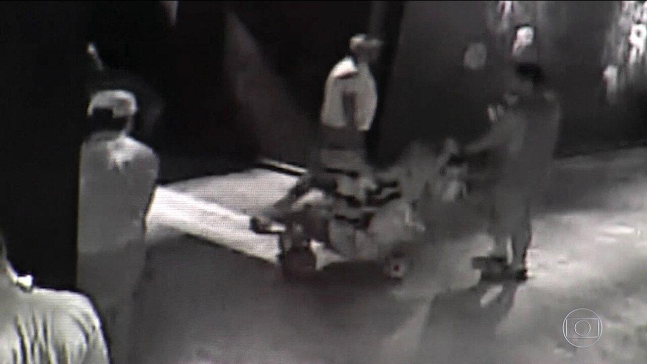 Homens são presos nos EUA por roubar um tubarão disfarçado em um carrinho de bebê
