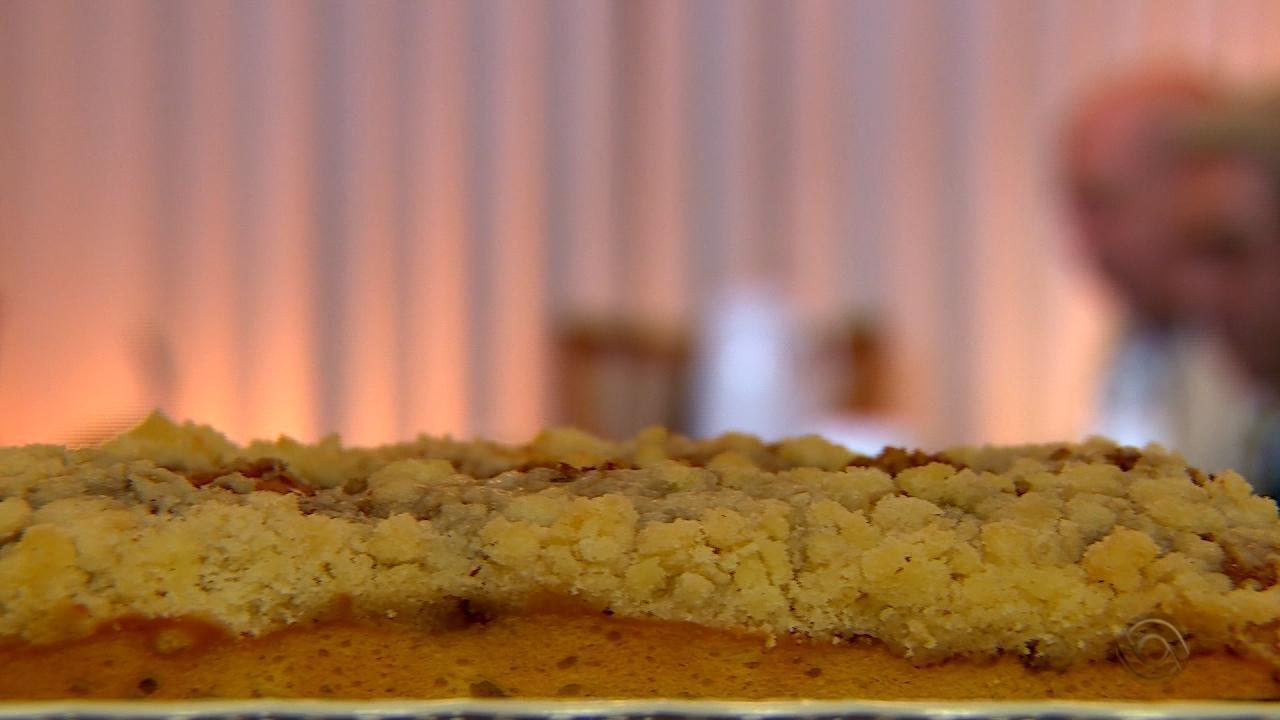 Neto Fagundes prepara receita de Cuca Krentzia no quadro 'Cozinha de Galpão'