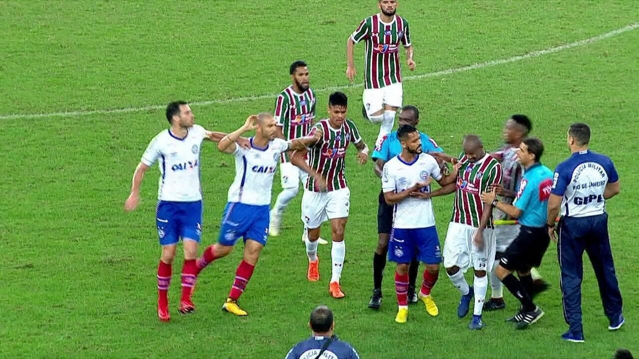 Airton não devolve bola ao Bahia, e jogadores rivais partem para cima do volante