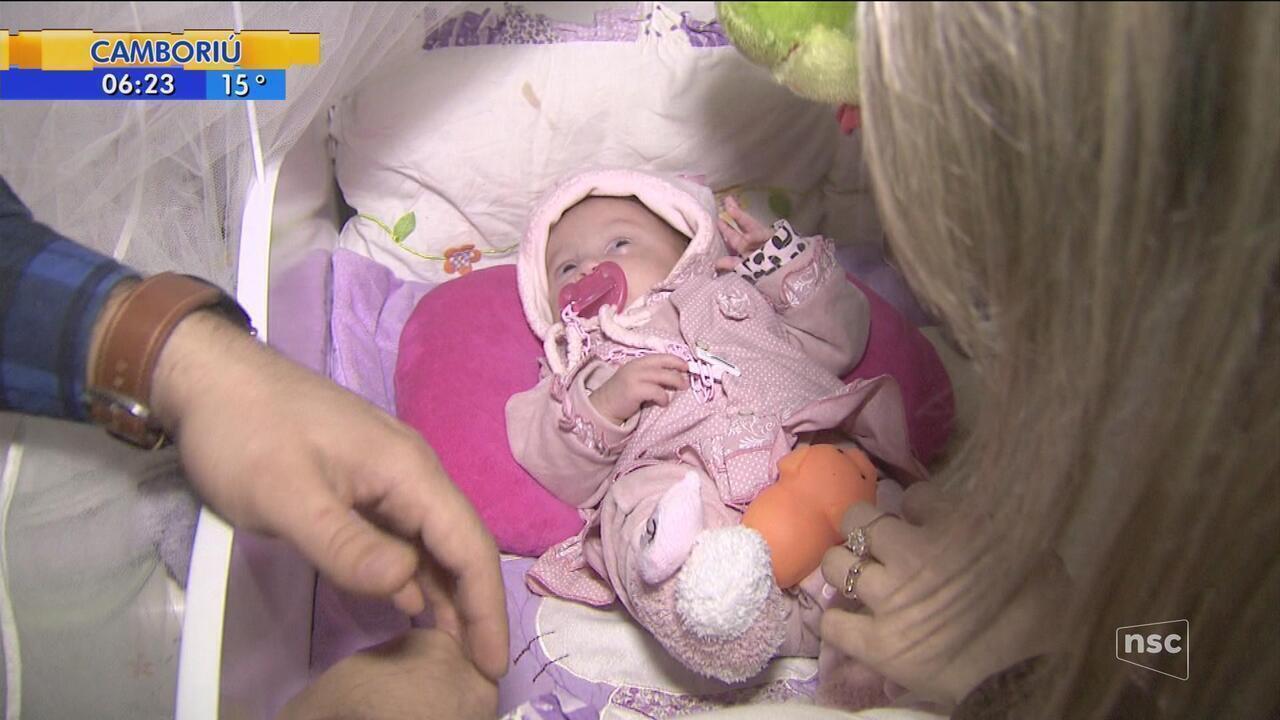 Família comemora primeiro 'Dia dos Pais' com bebê em casa