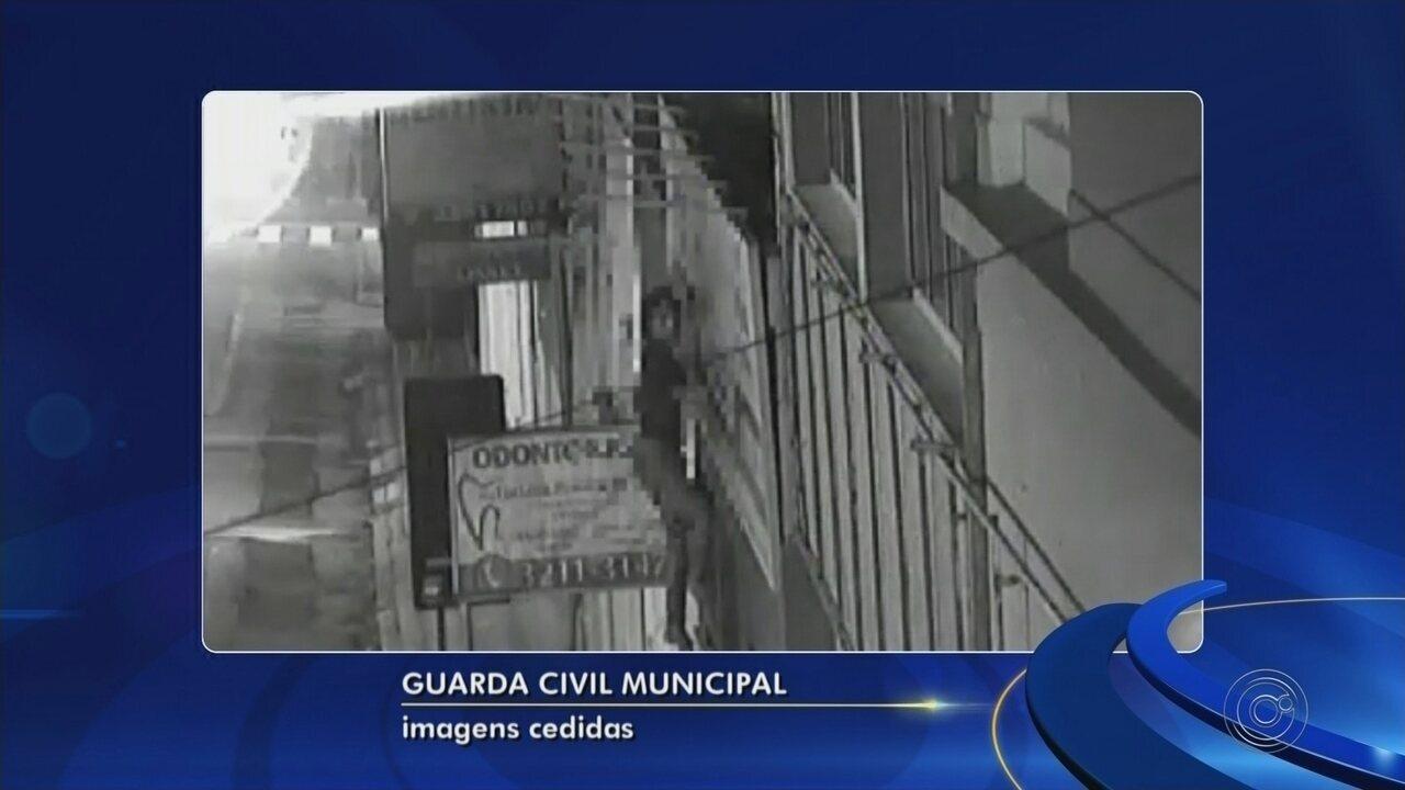 Dupla é flagrada escalando prédio para roubar escola em Sorocaba