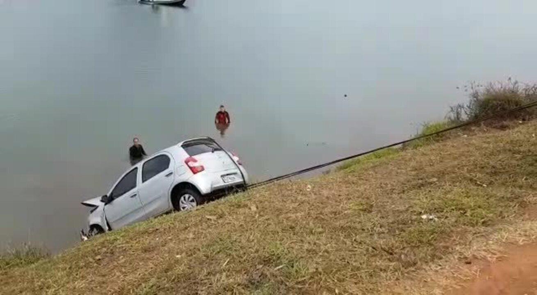 Bombeiros resgatam carro que caiu com motorista no Lago Paranoá