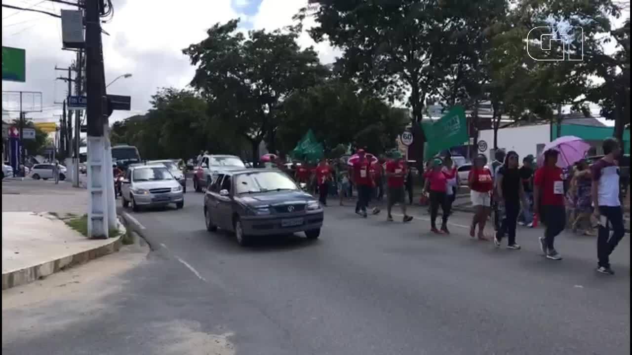 Marcha de movimentos sindicais bloqueia parte do trânsito na Av. Fernandes Lima, Maceió