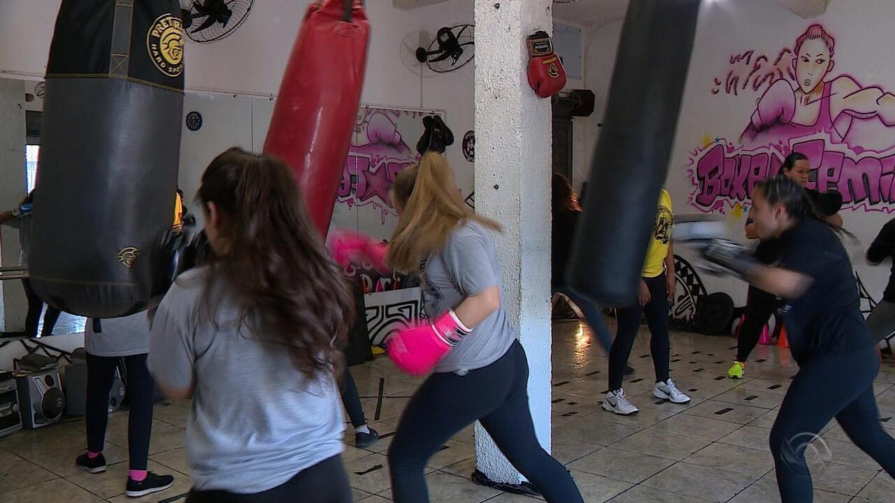 Apostando na independência financeira, educadora monta academia de boxe para mulheres