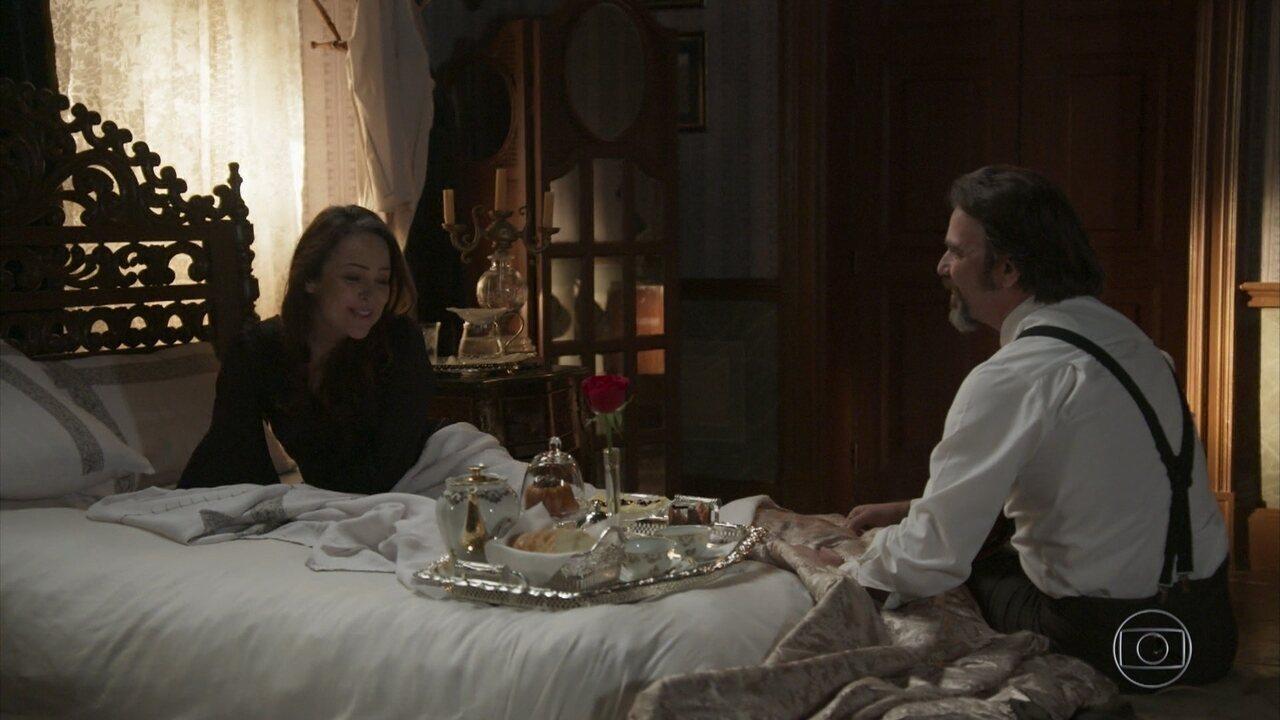 Julieta ganha café na cama após noite romântica com Aurélio