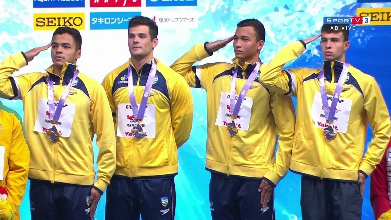 Equipe do Brasil recebe a medalha de ouro do revezamento 4x100 m livre masculino