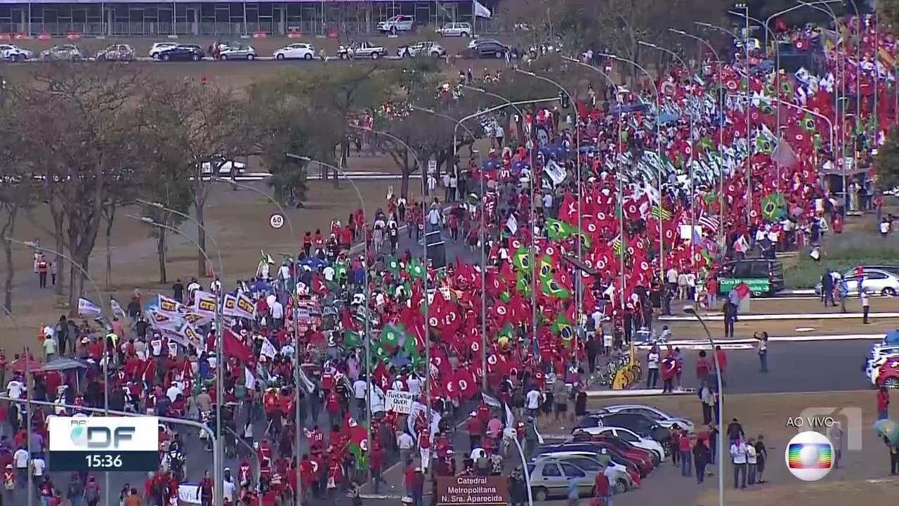 Marcha a favor do ex-presidente Lula fecha o Eixo Monumental