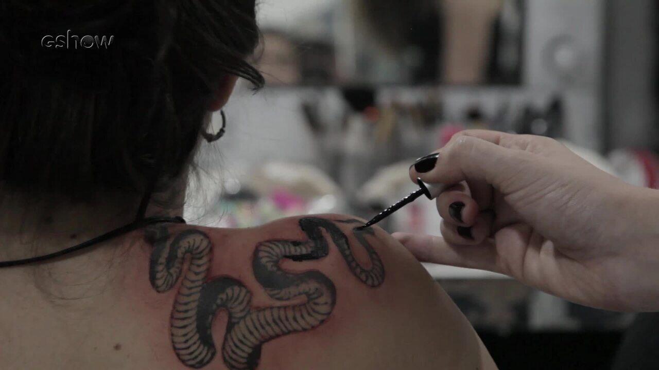 Personagem de Giovanna Ríspoli em 'Carcereiros' faz tatuagem; confira bastidores