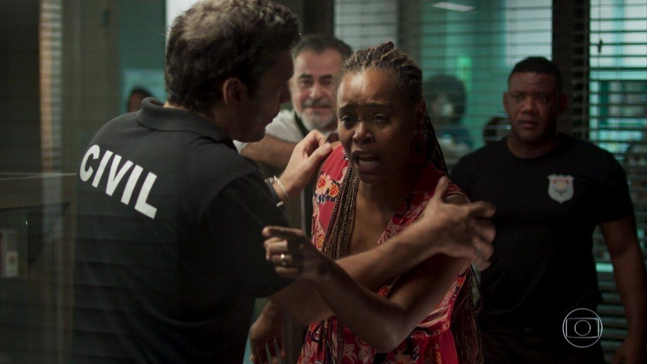 Doralice arma um escândalo no trabalho de Ionan
