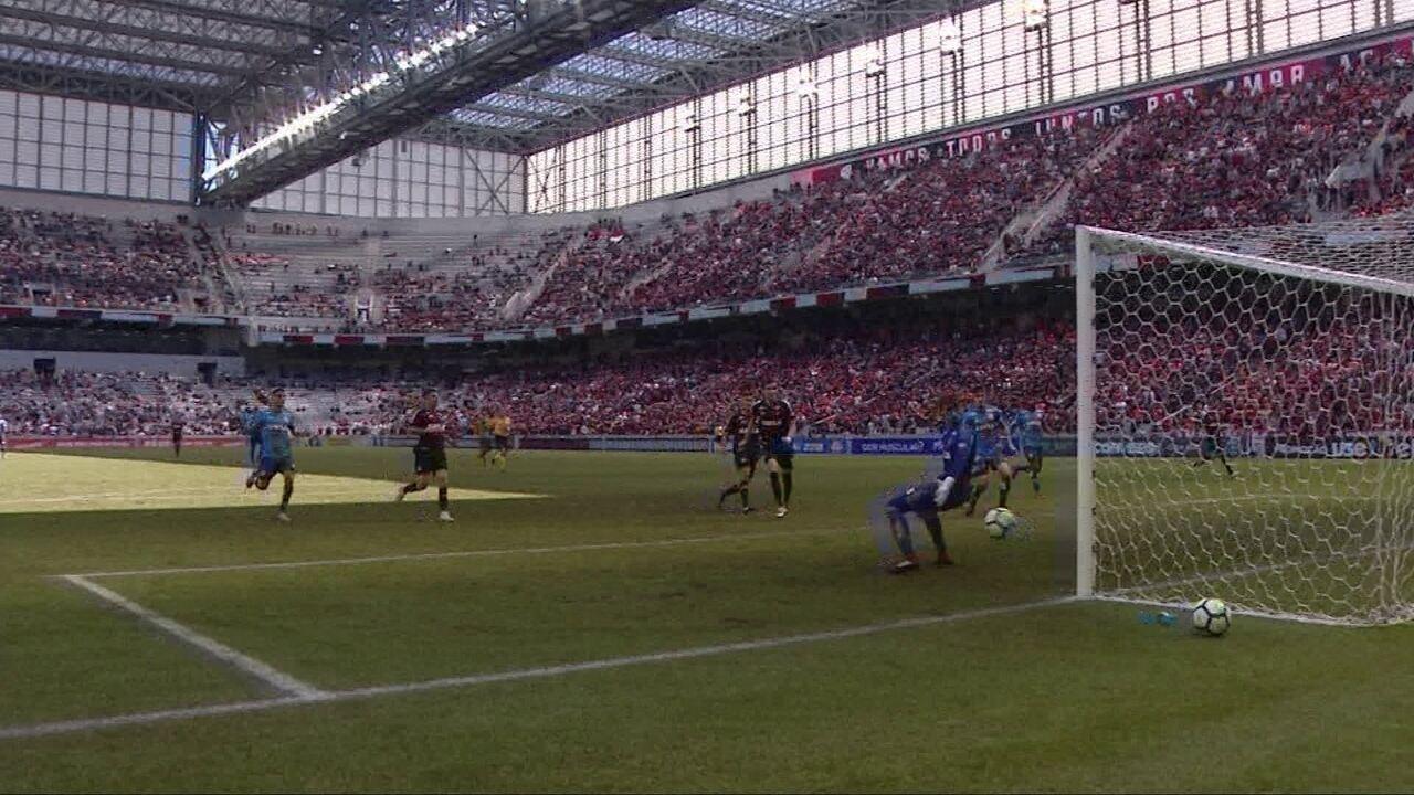 Na trave! Plata recebe e chuta cruzado, mas desvio de Léo tira o gol com 38' do 2º