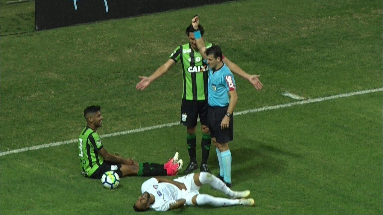 Tá fora! Aderlan chuta Everaldo e o árbitro expulsa o lateral, aos 43 do 2º