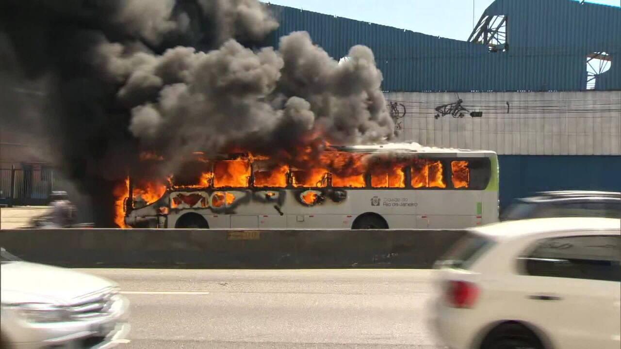 Passageira de ônibus incendiado na Linha Amarela (RJ) relata a ação dos traficantes