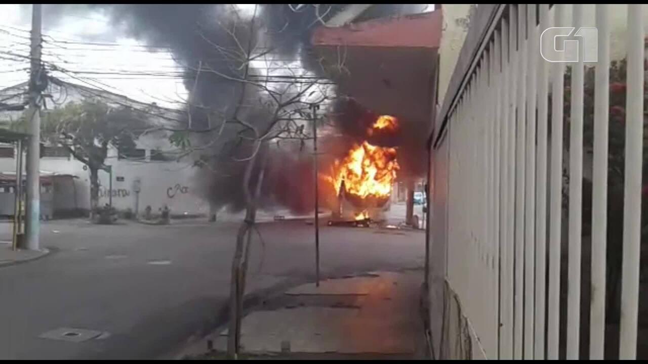 Ônibus é queimado durante manifestação em Triagem, no Rio