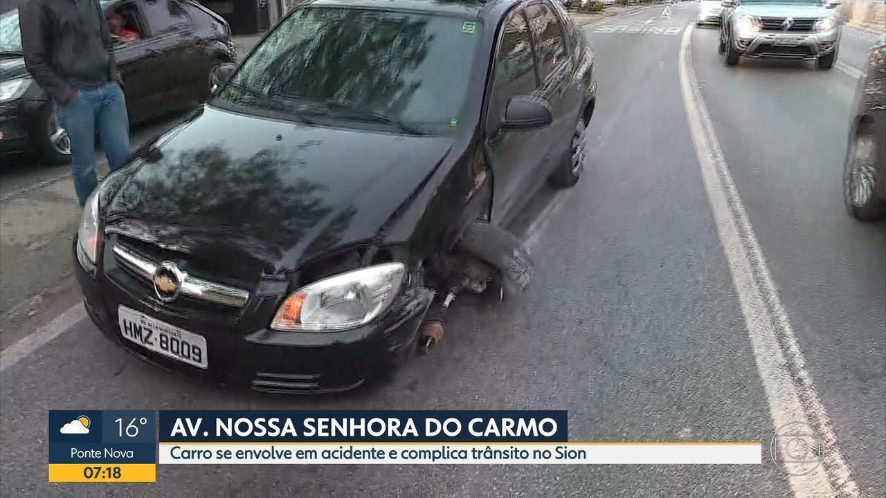 Carro se envolve em acidente e complica o trânsito na Av. Nossa Senhora do Carmo, em BH