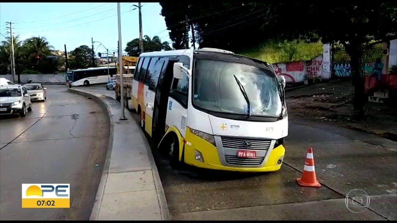 Acidente com um ônibus causa engarrafamento na Zona Norte do Recife