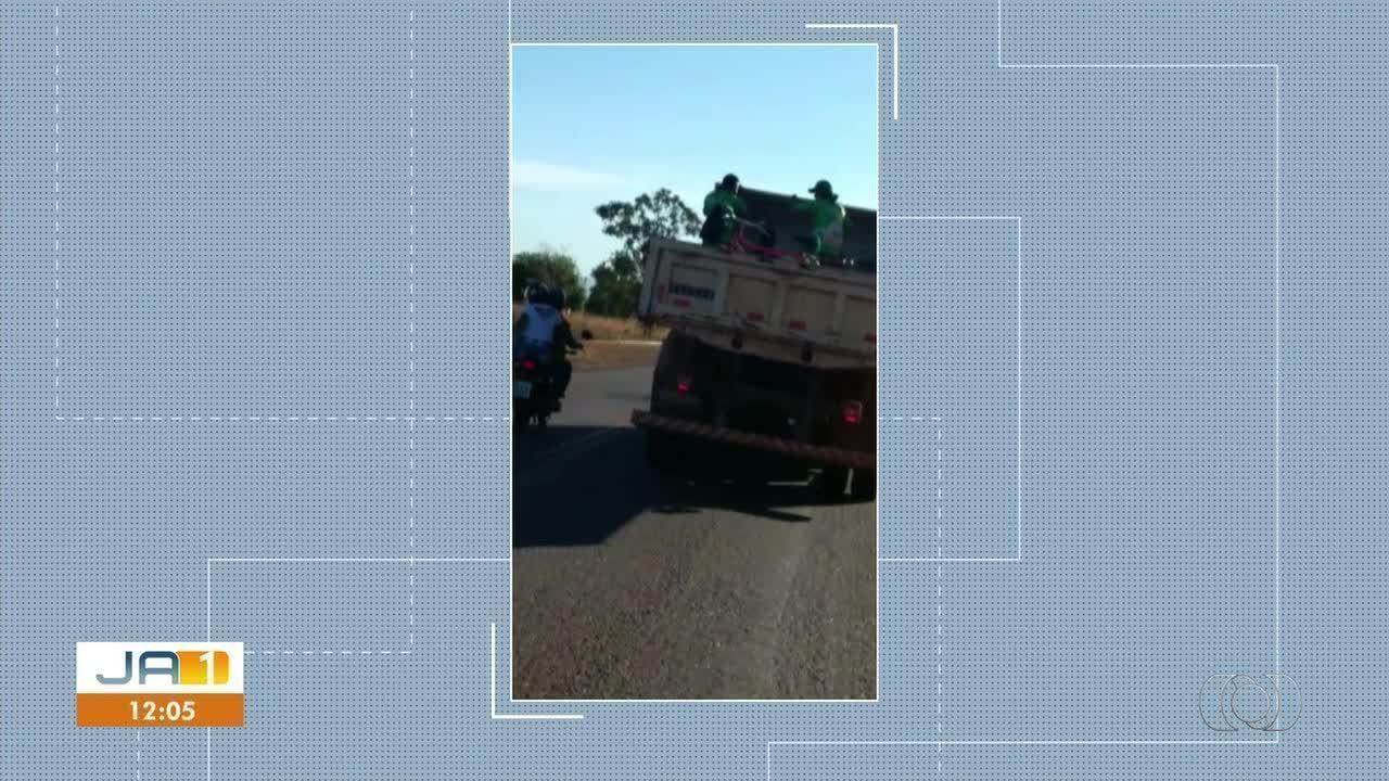 Caminhão da Prefeitura de Porto Nacional é flagrado transportando trabalhadores em caçamba