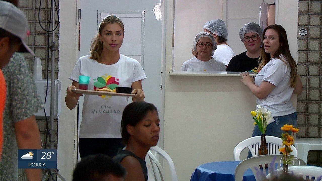 Grazi Massafera distribui café da manhã para moradores de rua no Recife
