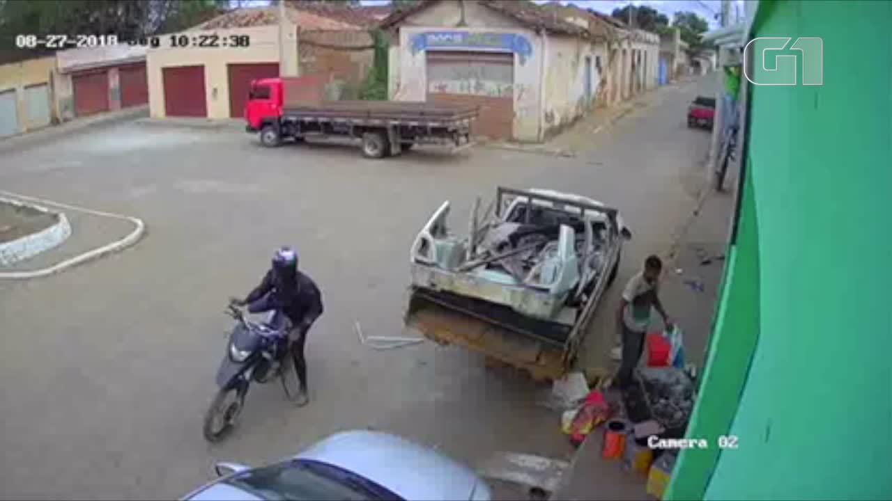 Vídeo mostra momento em que dono de serralheria é baleado em Araçuaí